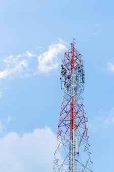 Duża antena i jasne niebo.
