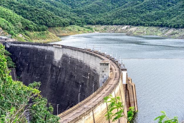 Duża betonowa tama. energia wodna jest często wykorzystywana w połączeniu do wytwarzania energii elektrycznej.