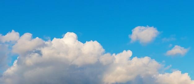 Duża biała chmura na niebieskim niebie przy słonecznej pogodzie