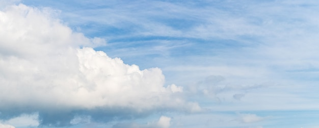 Duża biała kędzierzawa chmura na niebieskim niebie