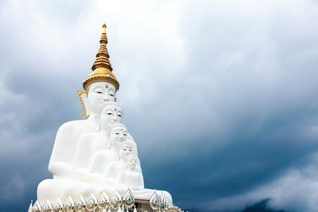 Duża buddhas pagoda przy watem pha sorn keaw, phetchabun, tajlandia.