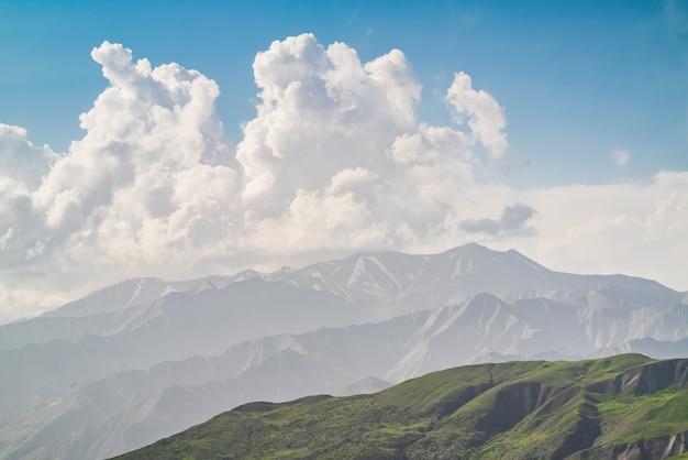 Duża chmura nad pasmem górskim