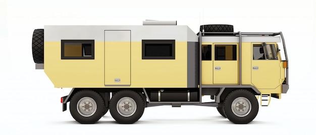 Duża ciężarówka przygotowana na długie i trudne wyprawy w odległe obszary