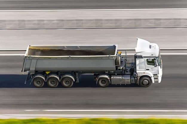Duża ciężarówka z przyczepą jadąca po autostradzie z lotu ptaka