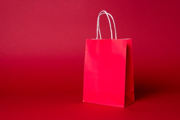 Duża czerwona papierowa torba na zakupy