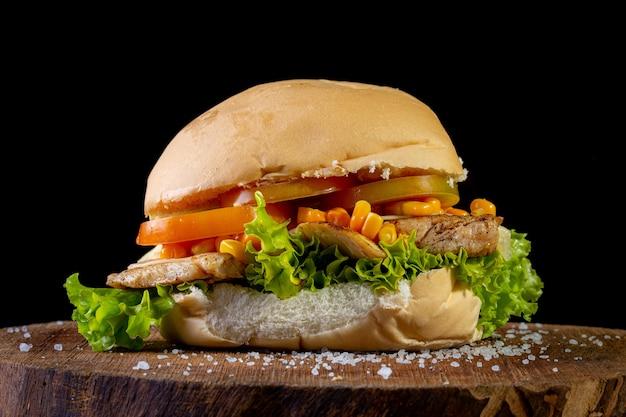 Duża domowej roboty kanapka z kurczakiem