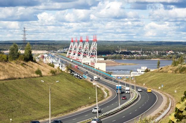 Duża elektrownia wodna na rzece wołdze, widok z autostrady.