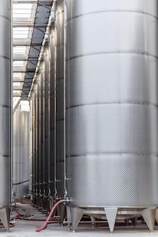 Duża fabryka wina z metalu