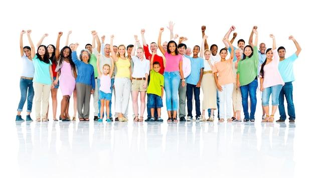 Duża grupa ludzi świętujących