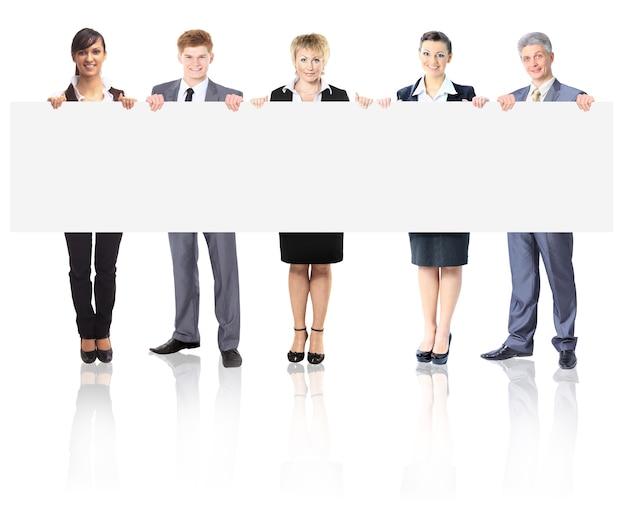 Duża grupa młodych uśmiechniętych ludzi biznesu. na białym tle