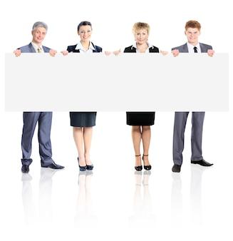 Duża grupa młodych, uśmiechniętych ludzi biznesu