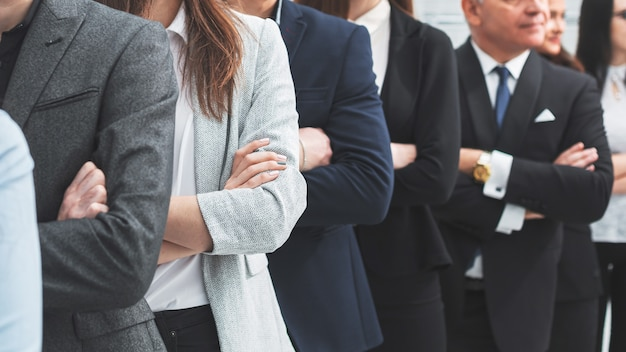 Duża grupa odnoszących sukcesy ludzi biznesu stojących razem. pojęcie pracy zespołowej