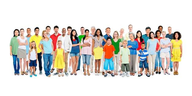 Duża grupa zróżnicowanych kolorowych szczęśliwych ludzi