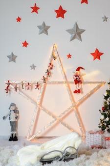 Duża gwiazdka świąteczna ozdobiona różnymi postaciami.