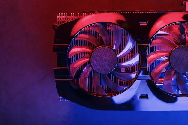 Duża i wydajna karta graficzna z trzema wentylatorami z niebieskim różowym światłem