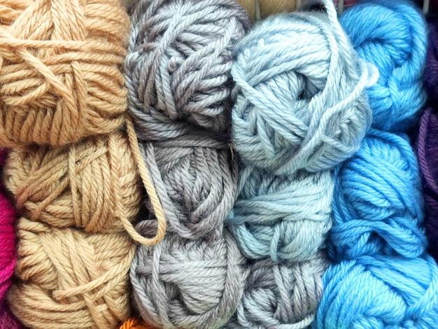 Duża ilość kolorowej przędzy na drutach
