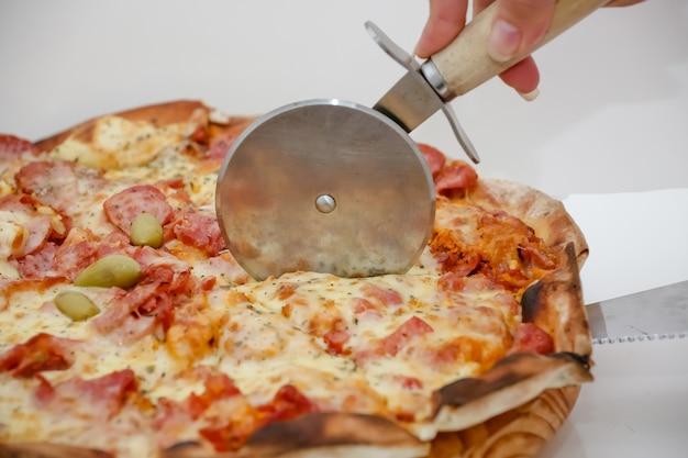 Duża kanadyjska pizza z kurczakiem w plasterkach o pysznym smaku?