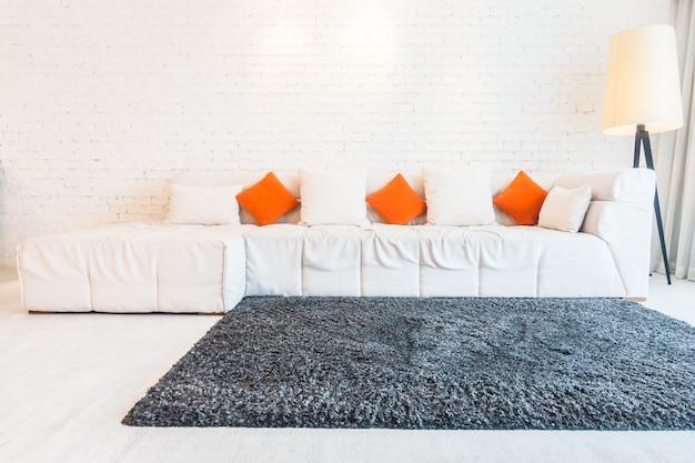 Duża kanapa z poduszkami