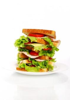 Duża kanapka na talerzu