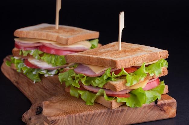 Duża kanapka z szynką i serem.