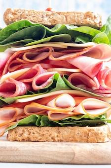 Duża kanapka z szynką, wędlinami i warzywami