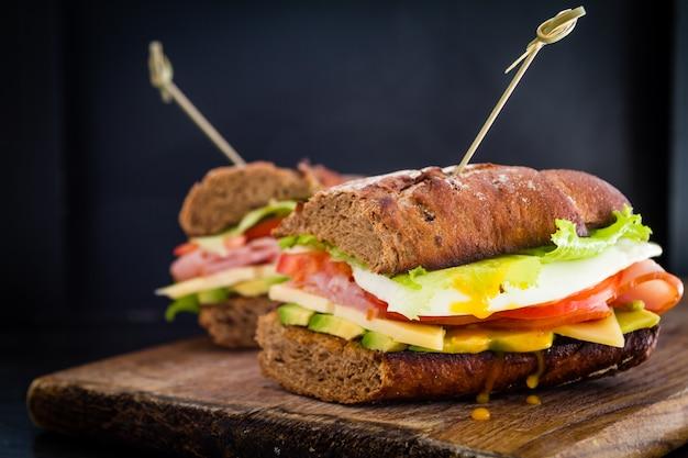 Duża kanapka z szynką z awokado i jajkiem