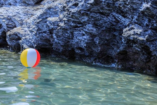 Duża kolorowa piłka plażowa na wodzie