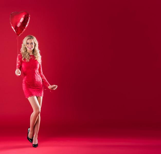 Duża kopia przestrzeń i kobieta z czerwonym balonem