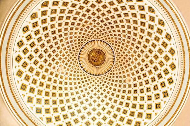 Duża kopuła z abstrakcyjnym wzorem w pastelowych kolorach znajdująca się w bazylice wniebowzięcia nmp