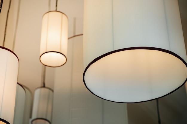 Duża lampa wisząca na suficie