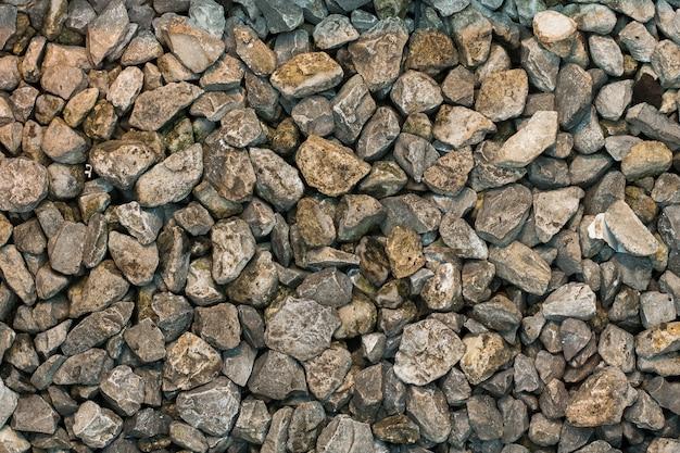 Duża liczba mokrych kamieni w tle