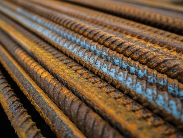 Duża liczba okuć. zardzewiałe żelazne pręty budowlane. wzmocnienie konstrukcji betonowych