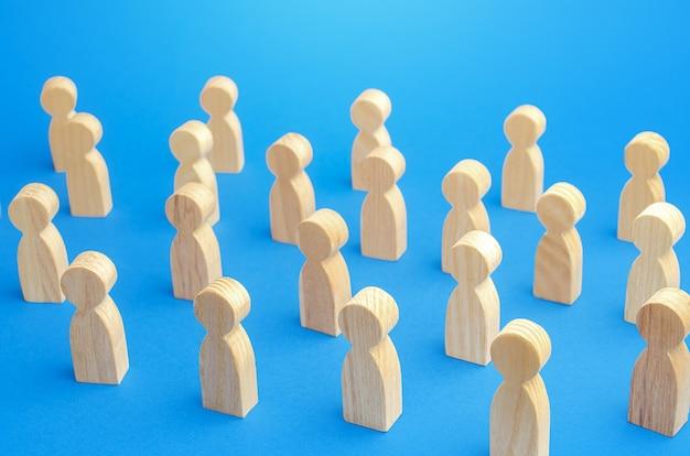 Duża liczba postaci ludzi na niebieskim tle tłum zachowanie bezpiecznej odległości