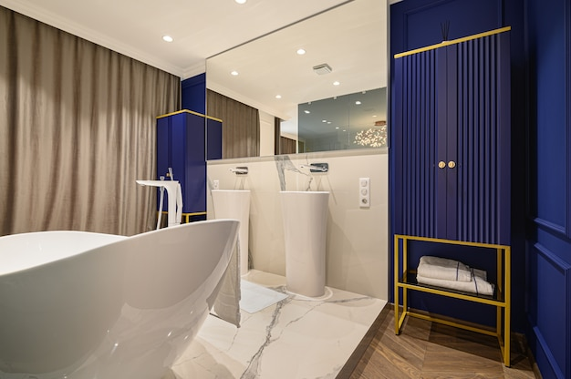 Duża luksusowa elegancka klasyczna łazienka połączona z sypialnią