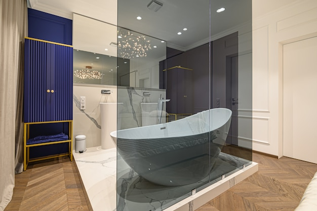 Duża luksusowa elegancka klasyczna sypialnia z wanną