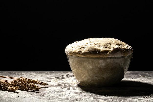 Duża metalowa miska z ciastem i mąką