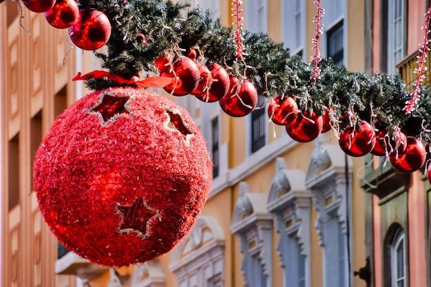 Duża okrągła świąteczna zabawka wisząca wokół innych w kolejce