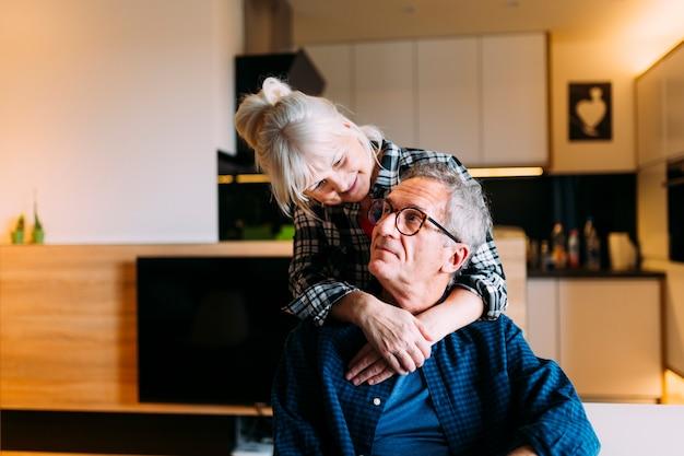 Duża para w domu starców