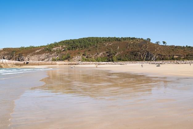 """Duża piaszczysta plaża w miejscowości """"sables d'or les pins"""" w bretanii podczas odpływu w lecie"""