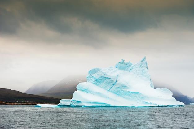 Duża piękna góra lodowa unosząca się w pobliżu wyspy disco, zachodnia grenlandia