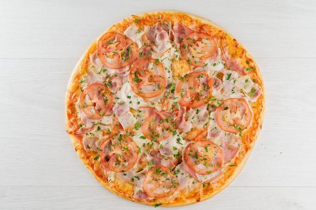 Duża pizza na białym tle na białej powierzchni