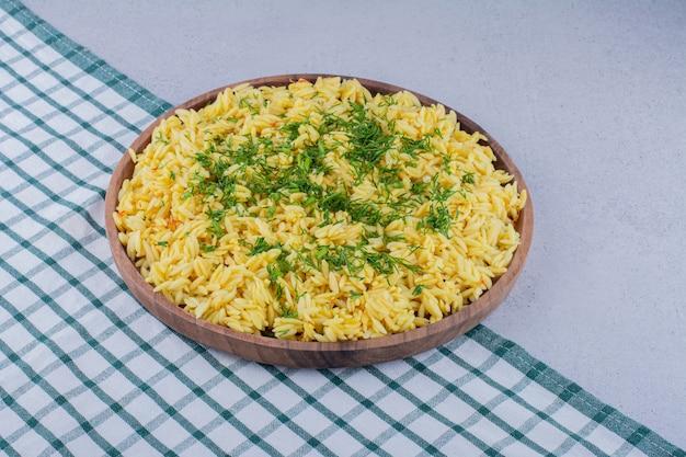Duża porcja pilaw przyozdobiona posiekanym koperkiem na marmurowym tle. zdjęcie wysokiej jakości