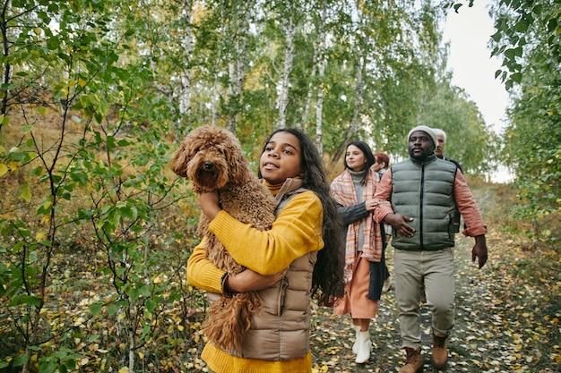 Duża rodzina spacerująca po lesie