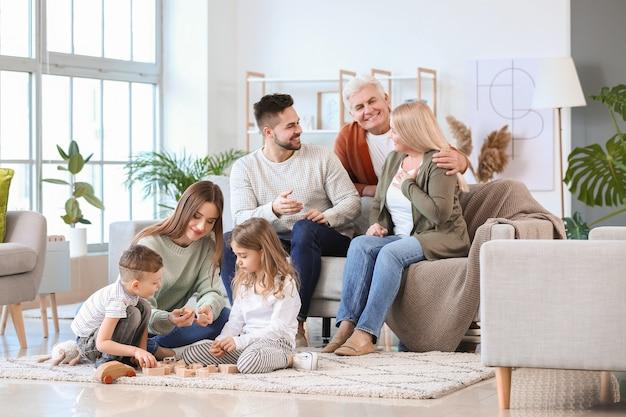 Duża rodzina spędza razem czas w domu
