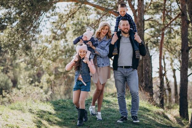 Duża rodzina z dziećmi razem w lesie