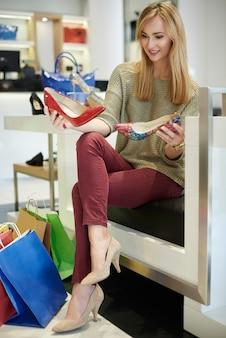 Duża różnorodność w sklepie obuwniczym