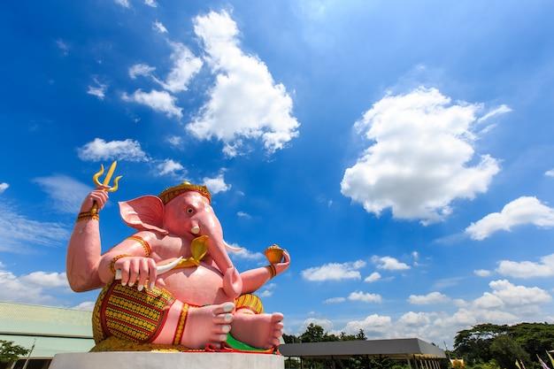 Duża różowa ganesha statua w ganesha parka świątyni nakhon nayok prowinci, tajlandia