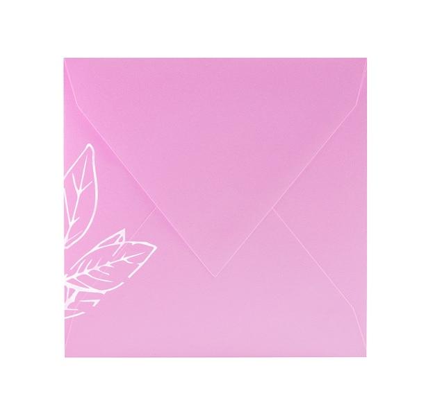 Duża różowa koperta papierowa na białym tle