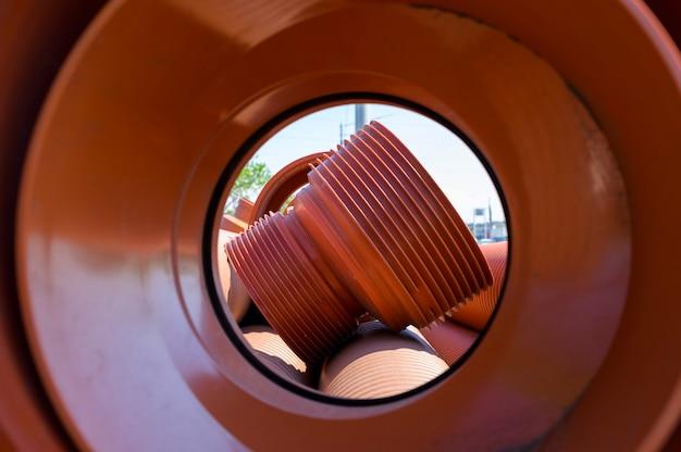 Duża rura karbowana z polietylenu w kolorze brązowym do zaopatrzenia w wodę, rura kanalizacji miejskiej o wysokiej odporności chemicznej, naprawa rurociągów