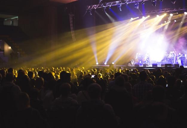 Duża sala koncertowa wypełniona widzami przed sceną.
